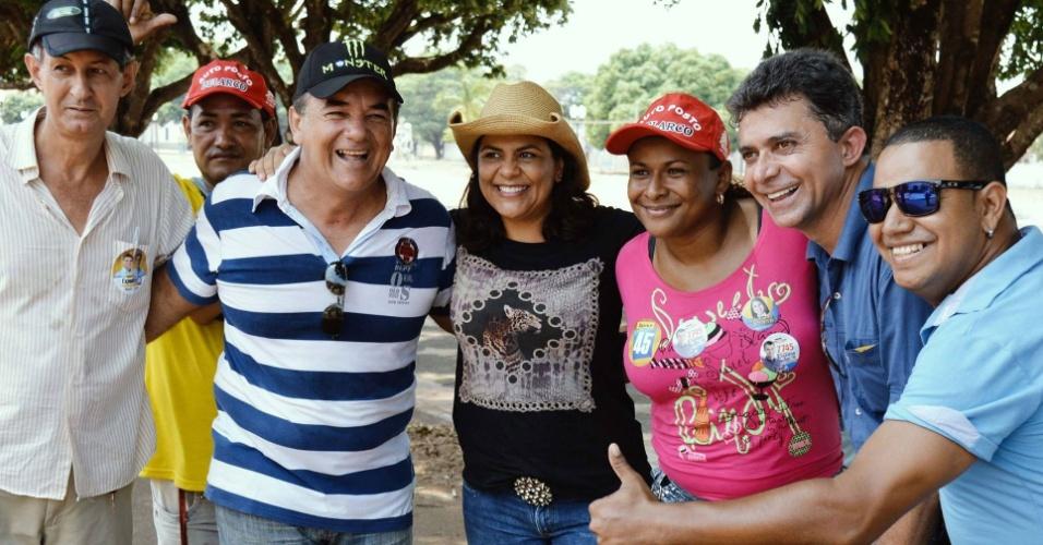 2.out.2014 - O candidato ao governo de Rondônia Expedito Junior (PSDB, segundo à direita) faz campanha na cidade de Costa Marques, no interior do Estado