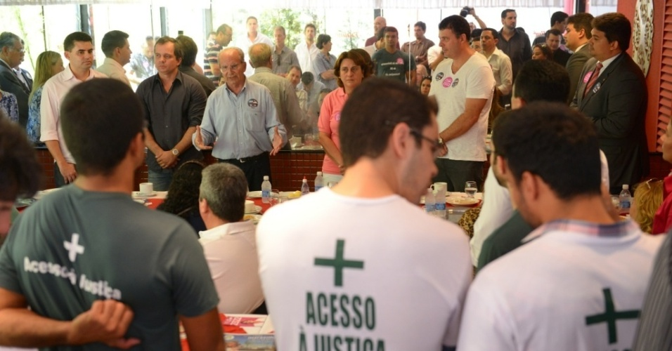 2.out.2014 - O candidato ao governo do Distrito Federal Jofran Frejat (PR, de azul) participa de café da manhã com procuradores e defensores públicos em Brasília