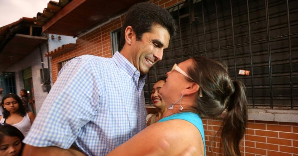 2.out.2014 - O candidato ao governo do Pará pelo PMDB, Helder Barbalho, abraça eleitora durante caminhada em Ananindeua, na região metropolitana de Belém, nesta quinta-feira (2)