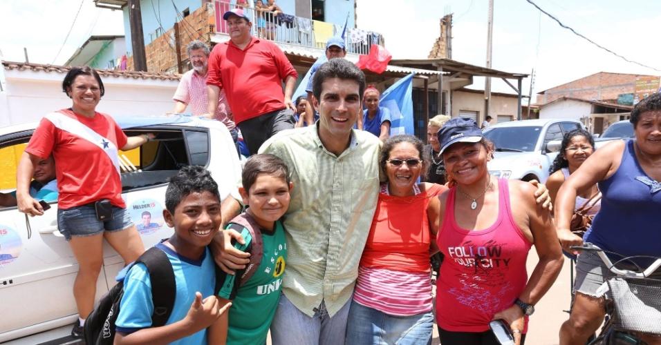 2.out.2014 - O candidato ao governo do Pará pelo PMDB, Helder Barbalho, abraça eleitores durante caminhadas pelas ruas dos bairros do Tenoné e Maguari, em Belém, nesta quinta-feira (2)
