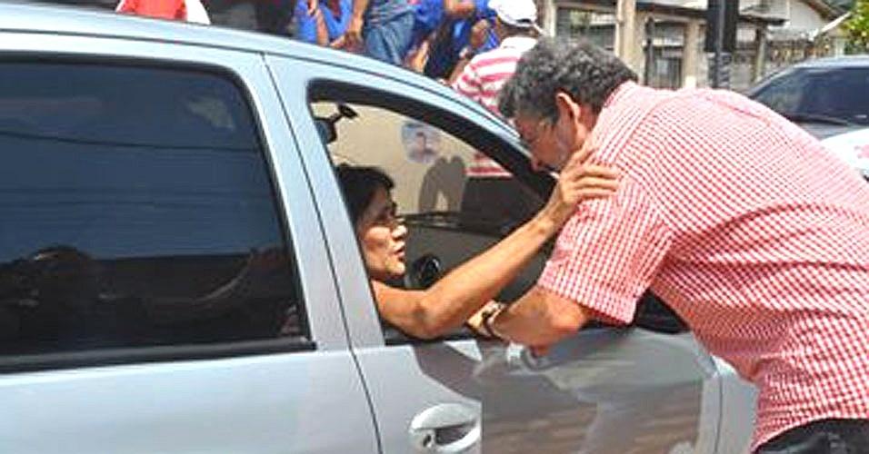 2.out.2014 - O candidato do PT ao Senado pelo Pará, Paulo Rocha, cumprimenta eleitora durante carreata no Maguari, em Belém, nesta quinta-feira (2)