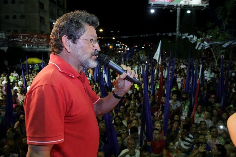 2.out.2014 -  O candidato do PT ao Senado pelo Pará, Paulo Rocha, fez comício no município de Castanhal, nesta quinta-feira (2). O TSE (Tribunal Superior Eleitoral) liberou hoje a candidatura do ex-deputado federal, absolvido no julgamento do mensalão