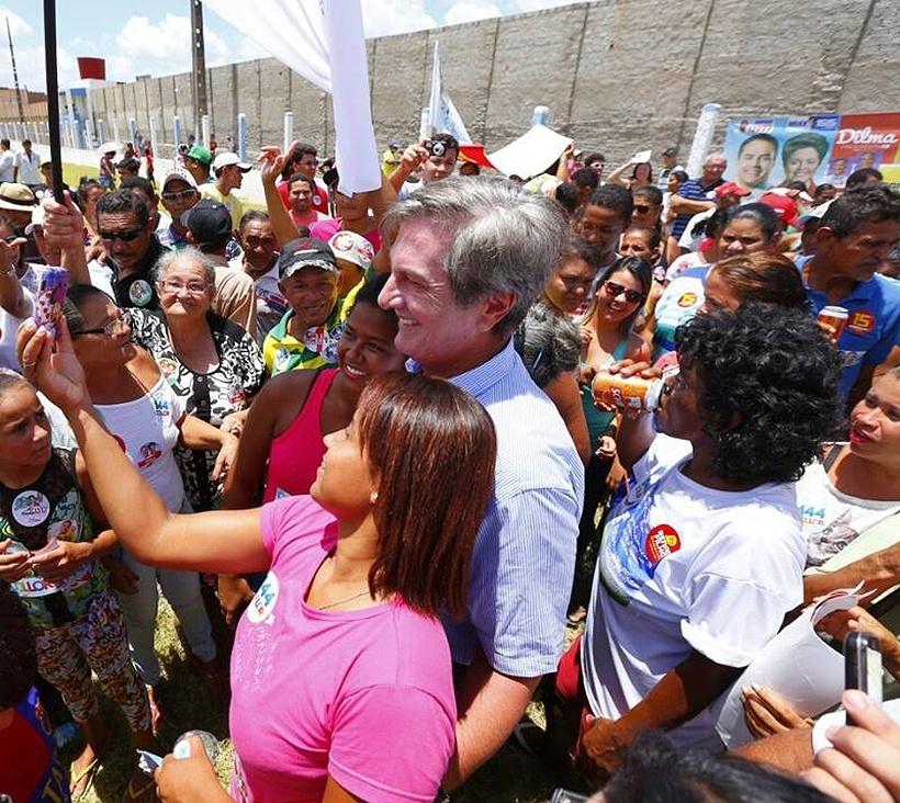 2.out.2014 - O candidato do PTB ao Senado por Alagoas, Fernando Collor, faz caminhada e selfies com apoiadores no município de Pão de Açúcar