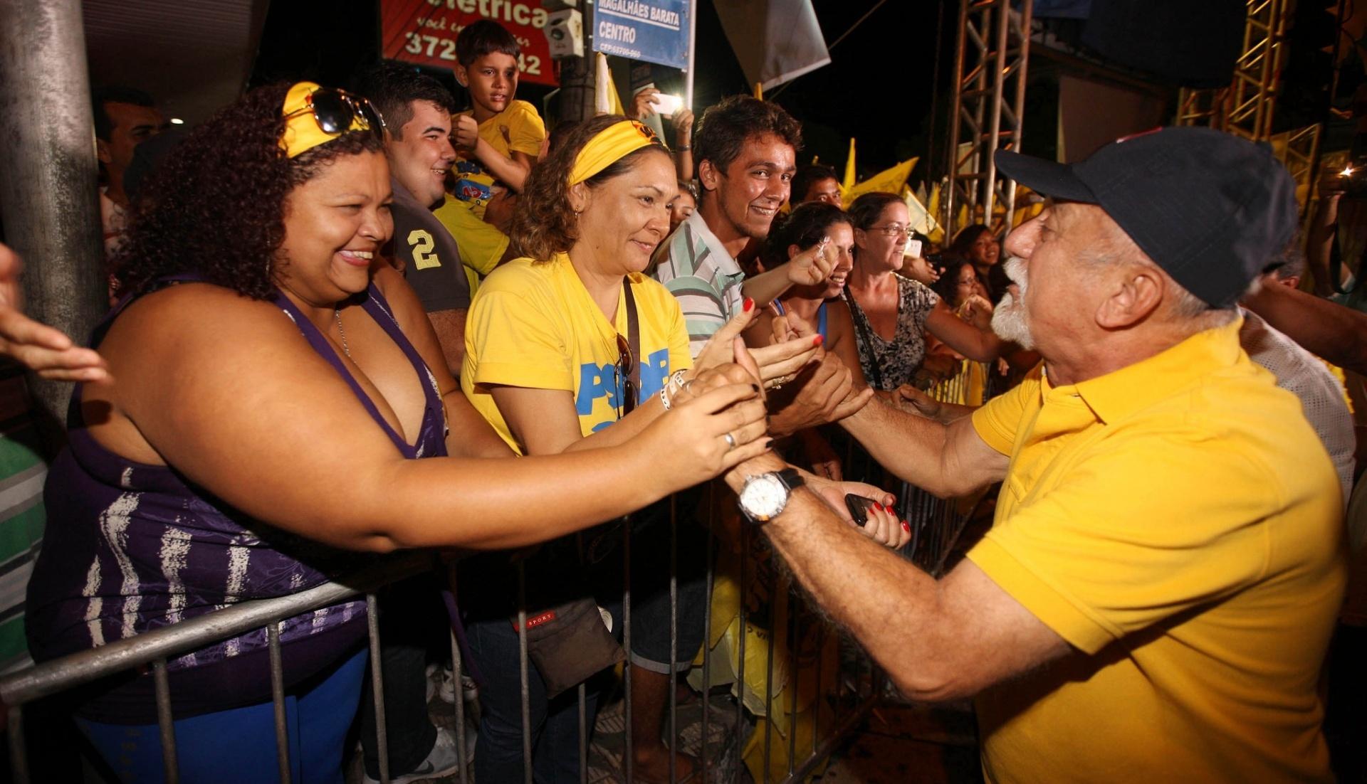 2.out.2014 - O governador do Pará, Simão Jatene (PSDB), candidato à reeleição, fez caminhada e comício no município de Castanhal, acompanhado por lideranças políticas da coligação