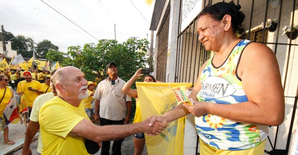 2.out.2014 - O governador do Pará, Simão Jatene (PSDB), candidato à reeleição, fez caminhada pelas ruas de Icoaraci, em Belém, na tarde desta quinta-feira (2)