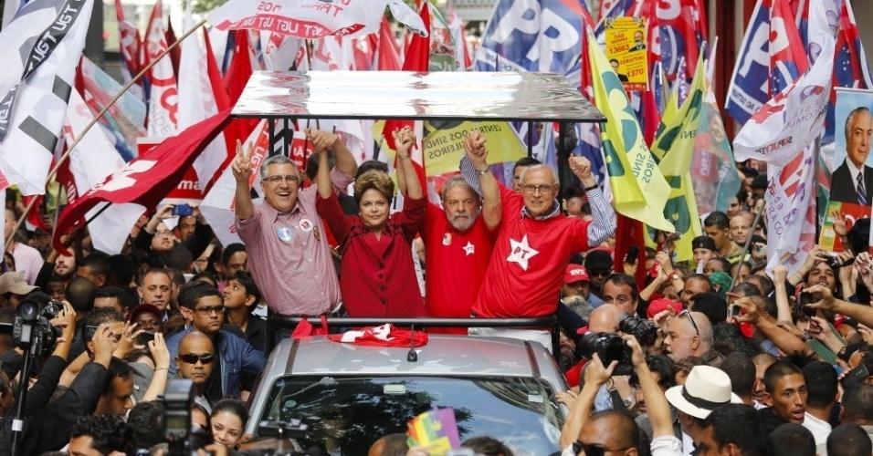 3.out.2014 - A candidata à reeleição, presidente Dilma Rousseff (PT), faz passeata no centro da capital paulista com o ex-presidente Lula, o candidato ao governo de São Paulo Alexandre Padilha (PT), e o candidato à reeleição, senador Eduardo Suplicy (PT)