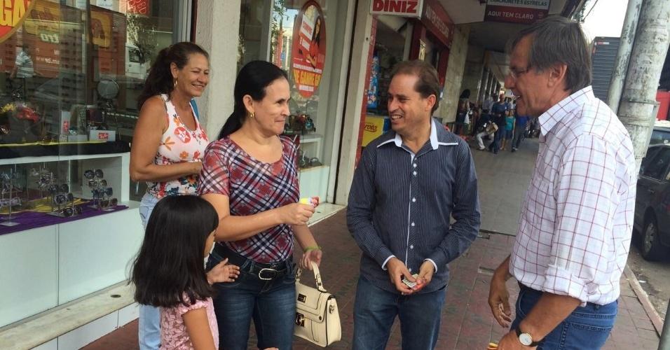 3.out.2014 - Antônio Gomide (à direita), candidato do PT ao governo de Goiás, faz campanha no centro de Anápolis (GO)