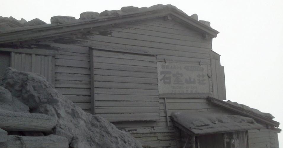 3.out.2014 - Casa fica coberta por cinzas vulcânicas no local da erupção do vulcão Ontake, ocorrida no dia 27 de setembro, no vilarejo de Otaki, próximo a Negano, no Japão, em foto feita nessa quinta-feira (2) e divulgada hoje (3). As autoridades japonesas informaram que 16 pessoas permanecem desaparecidas seis dias após a erupção do monte Ontake, o que deve ampliar o total de 47 mortes já confirmadas