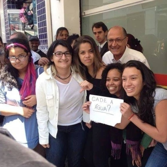 3.out.2014 - Estudantes fazem protesto ao tirar foto com governador de São Paulo e candidato à reeleição pelo PSDB, Geraldo Alckmin. Eles levantaram um papel com a frase