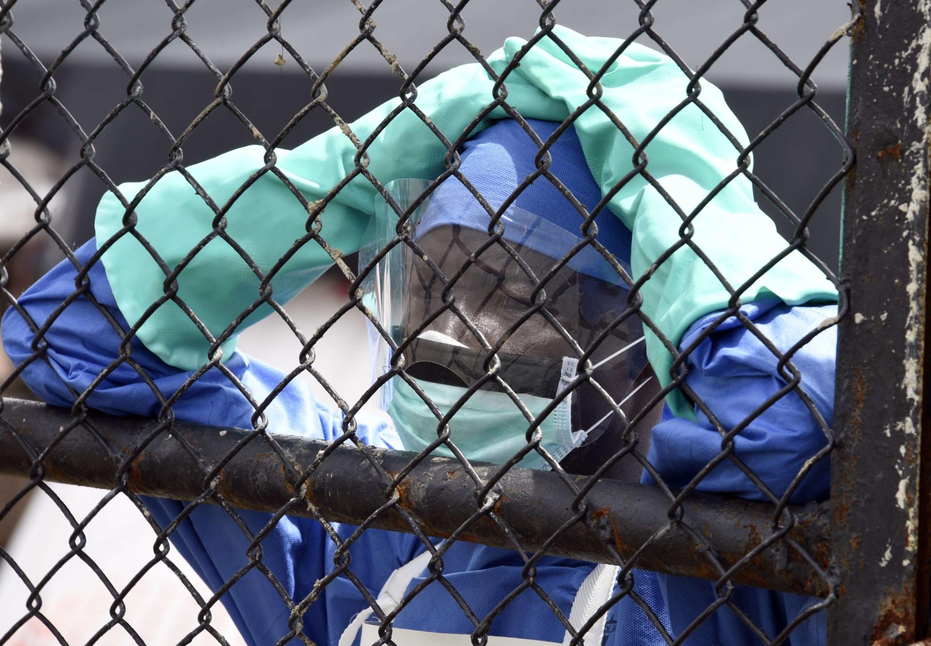 3.out.2014 - Funcionário de um hospital para na entrada do centro de tratamento de ebola da organização Médicos Sem Fronteiras, onde o câmera da NBC Ashoka Mukpo está sendo tratado após ser contaminado pelo vírus