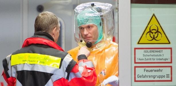 Médicos do Hospital Universitário de Frankfurt, na Alemanha, usam roupas de proteção individual para receber o médico de Uganda infectado pelo ebola - Boris Roessler/DPA/AFP