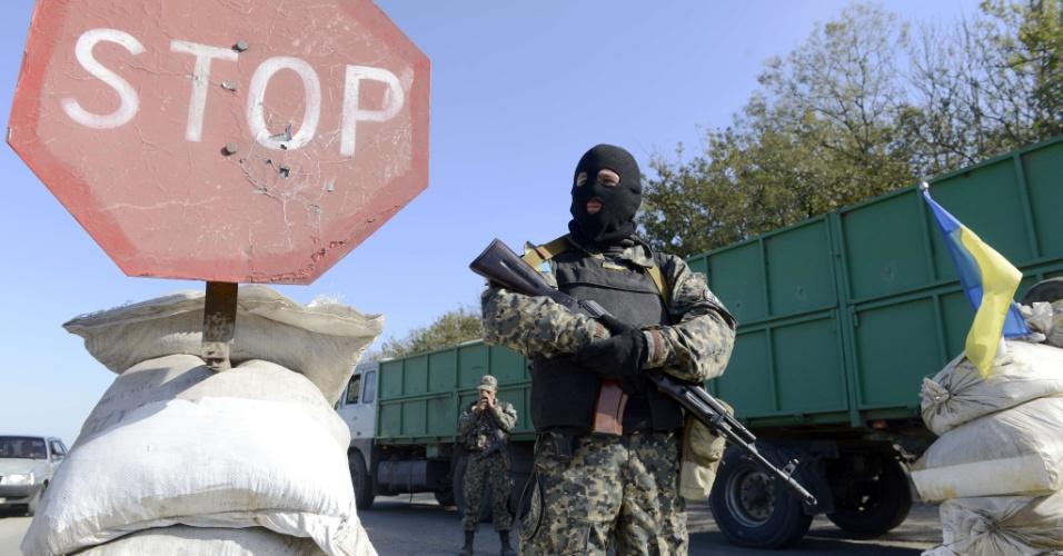 3.out.2014 - Militares ucranianos fazem vigilância em um posto de controla fora da cidade de Mariupol, na Ucrânia. Tropas ucranianas e rebeldes pró-Rússia entraram em confronto nesta sexta