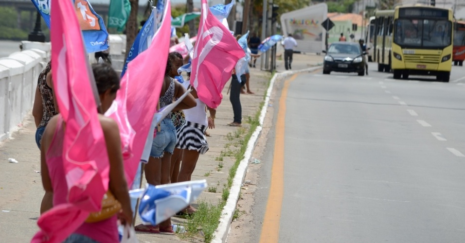 3.out.2014 - Na reta final de campanha, candidatos disputam espaços, nas principais ruas da cidade de São Luís, em busca dos votos dos indecisos