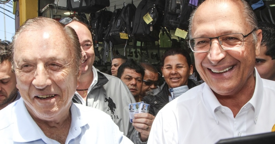 3.out.2014 - O candidato à reeleição ao governo de São Paulo, Geraldo Alckmin (PSDB), participa de caminhada no Largo 13 de Maio, em Santo Amaro, na zona Sul da capital paulista, ao lado do candidato à Presidência José Maria Eymael (PSDC). Alckmin lidera as pesquisas Ibope e Datafolha, divulgadas na quinta (2), para ser reeleito no Estado
