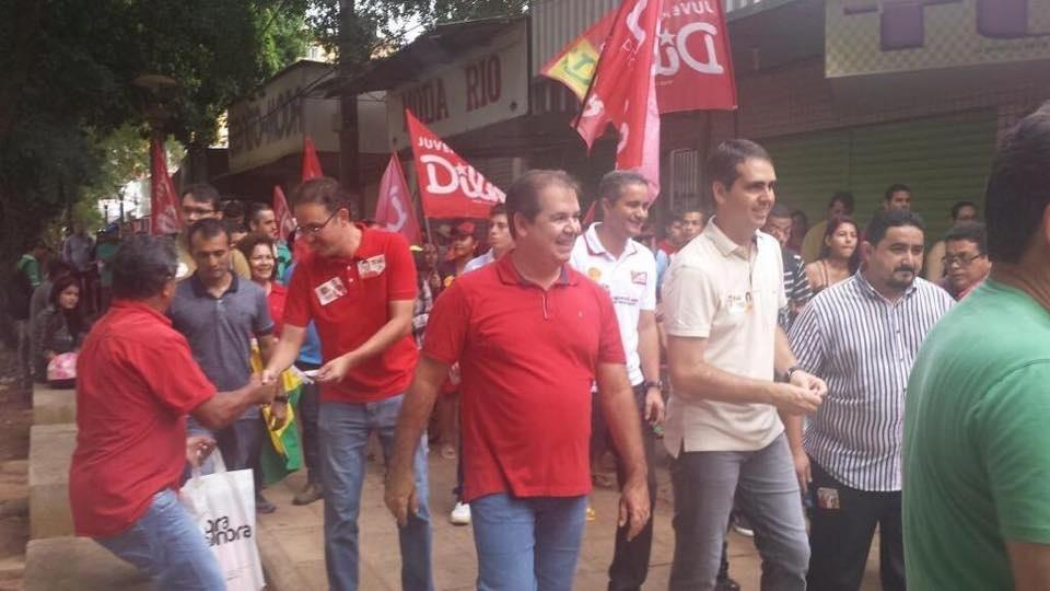 3.out.2014 - O candidato à reeleição ao governo do Acre, Tião Viana (PT), realiza caminhada pelas ruas de Rio Branco