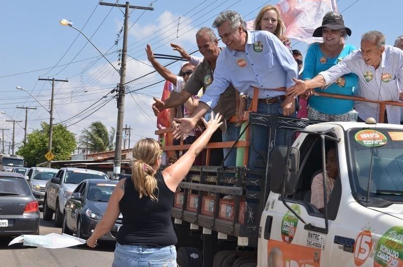 3.out.2014 - O candidato ao governo de Goiás, Iris Rezende (PMDB), faz carreata ao lado do deputado federal Ronaldo Caiado (DEM), candidato ao Senado por Goiás, na região sul de Goiânia