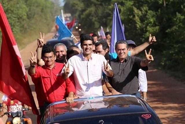 3.out.2014 - O candidato ao governo do Pará pelo PMDB, Helder Barbalho, participa de carreata em Juruti, em Belém, nesta sexta-feira (3)