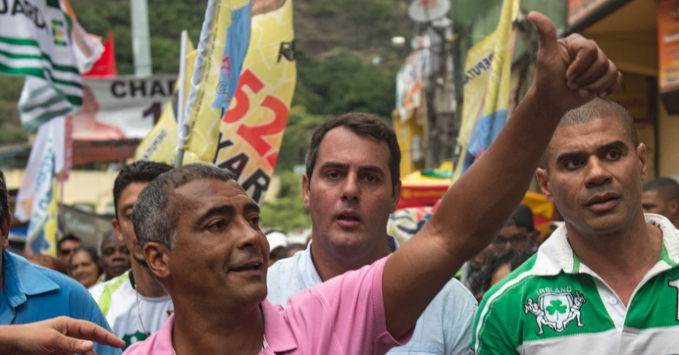 3.out.2014 - O candidato ao Senado pelo Rio, Romário (PSB) faz aparição na favela da Rocinha, no Rio de Janeiro