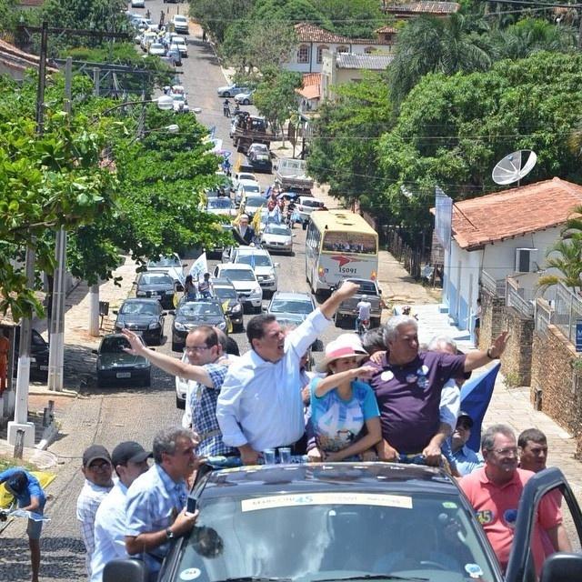 3.out.2014 - O candidato do PSD ao Senado por Goiás, Vilmar Rocha (direita), participou de duas carreatas em Corumbá e Pirenópolis, nesta sexta-feira (3), para conversar com os eleitores