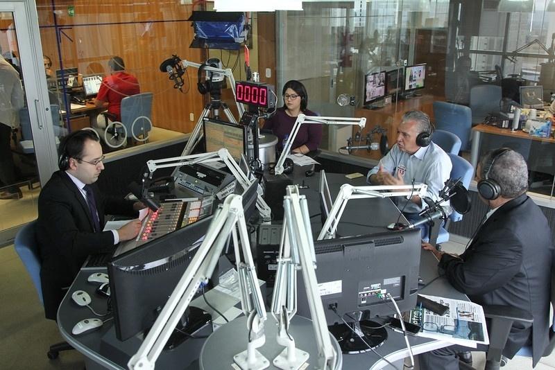 3.out.2014 - O deputado Geraldo Magela (PT), candidato ao Senado pelo Distrito Federal, concede entrevista à rádio Band News FM