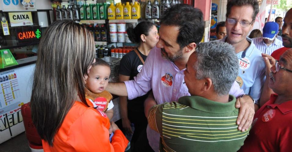 3.out.2014 - O governador do Distrito Federal, Agnelo Queiroz (PT), candidato à reeleição, fez caminhada e conversou com eleitores no comércio de Ceilândia (DF)