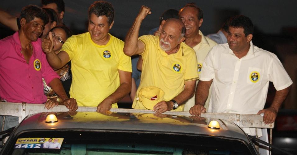 3.out.2014 - O governador do Pará e candidato à reeleição pelo PSDB, Simão Jatene, fez carreata acompanhado de lideranças políticas no município de Marabá, no Pará, nesta sexta-feira (3)