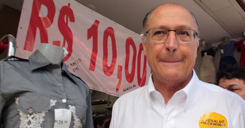 3.out.2014 - O governador e candidato à reeleição pelo PSDB, Geraldo Alckmin faz caminhada no Largo 13 de Maio em Santo Amaro, na zona sul de São Paulo, SP, na manhã desta sexta-feira (3). Após tomar café em um bar, ele deu R$20,00 de caixinha para ser dividido entre os funcionários