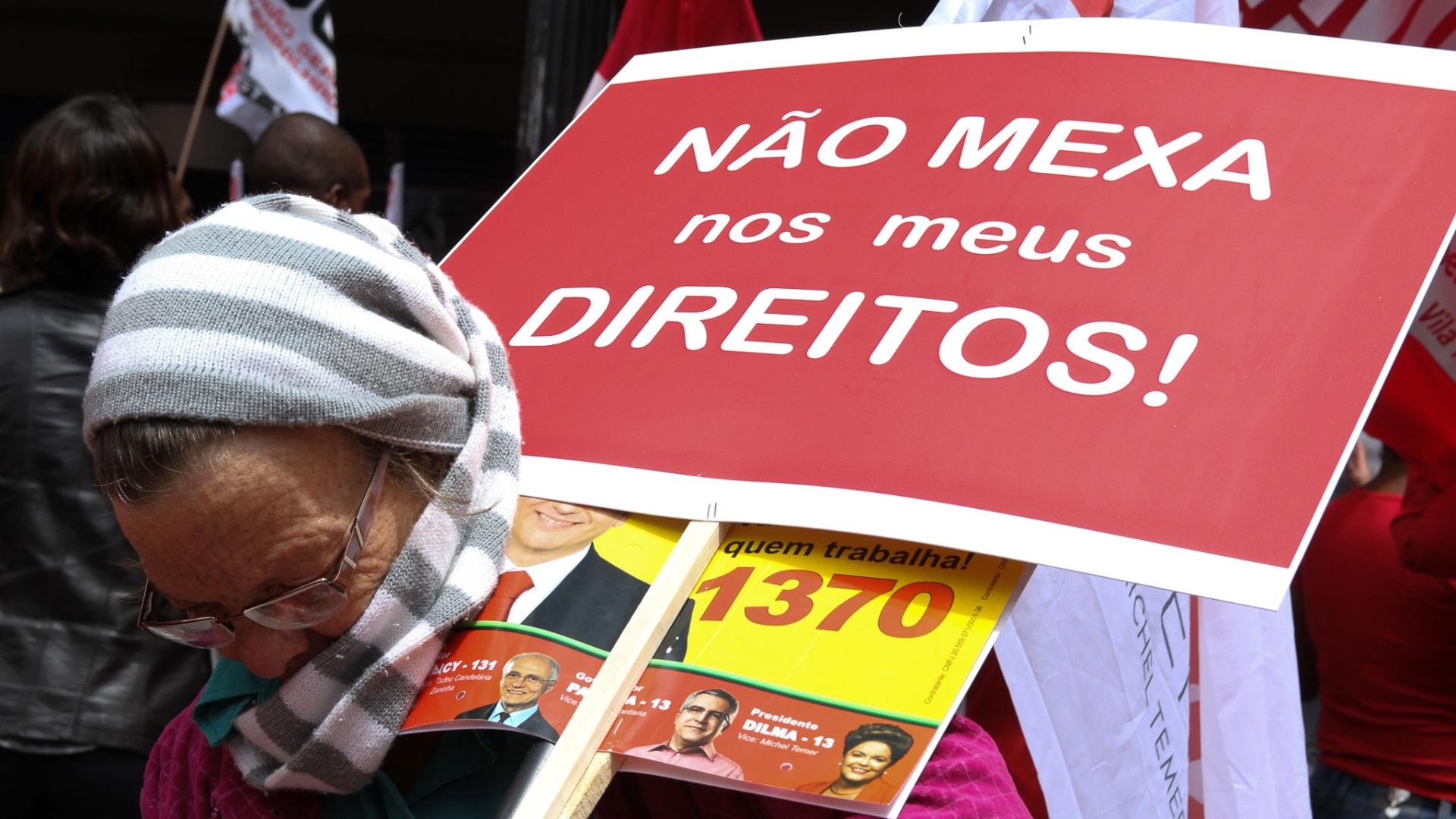 3.out.2014 - Simpatizantes da reeleição de Dilma Rousseff (PT) comparecem à carreata da presidente, do candidato ao governo de São Paulo Alexandre Padilha (PT), do senador e candidato à reeleição Eduardo Suplicy (PT) e do ex-presidente Luiz Inácio Lula da Silva, no centro da cidade de São Paulo