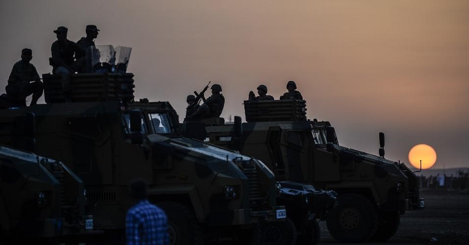 3.out.2014 - Tropas turcas permanecem posicionadas perto da fronteira com a Síria.  O governo da Turquia informou que vai fazer o que puder para evitar que a cidade de Kobani, predominantemente curda, seja dominada pelos insurgentes do Estado islâmico