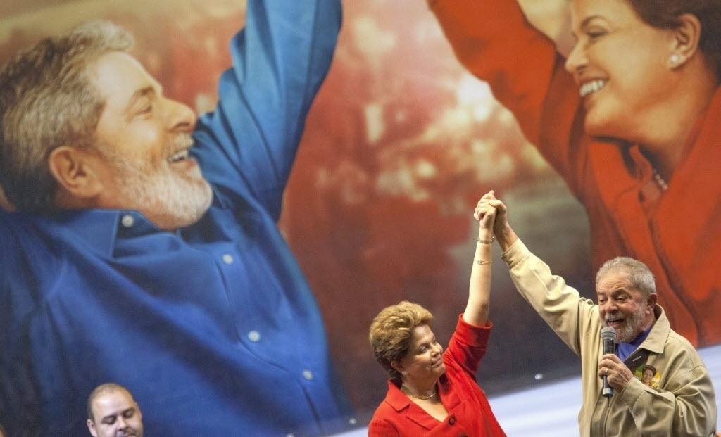"""7.ago.2014 - A presidente Dilma Rousseff (PT), candidata à reeleição, participa de ato de campanha no ginásio da Portuguesa, em São Paulo, acompanhada do ex-presidente Luiz Inácio Lula da Silva e de dirigentes das seis maiores centrais sindicais do país - entre elas, CUT, UGT e dissidência da Força Sindical. As centrais abriram artilharia contra o candidato do PSDB, Aécio Neves, afirmando que a gestão tucana é a """"da privataria e das políticas neoliberais"""""""