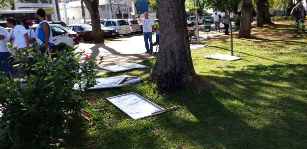 Cavaletes derrubados durante ato de Marina - Guilherme Balza/UOL