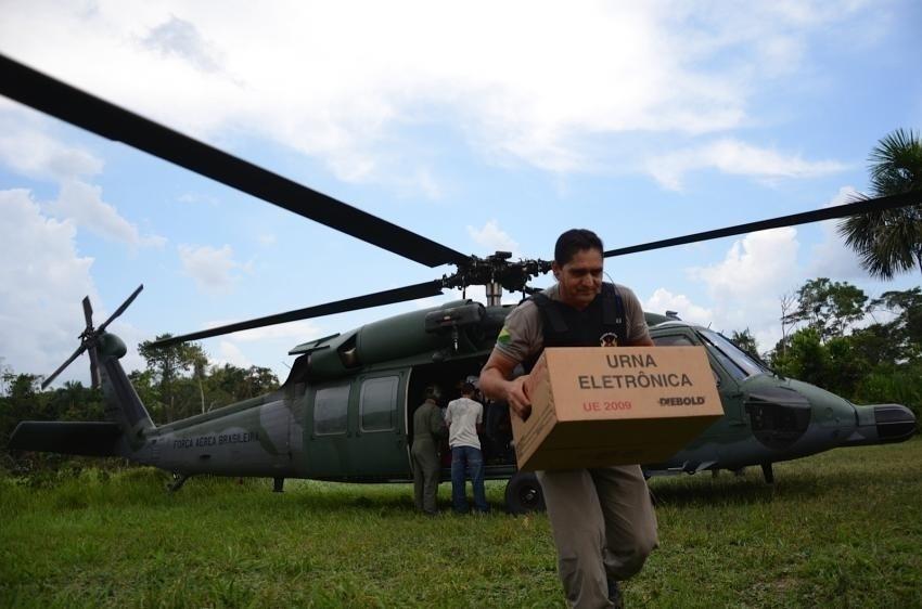 04.out.2014 - Ministério da Defesa transporta urnas para votação no Acre, neste sábado (4), véspera das eleições