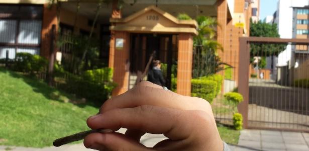 Trio fuma e pede descriminalização da maconha em frente a casa de Dilma - Leandro Prazeres/UOL