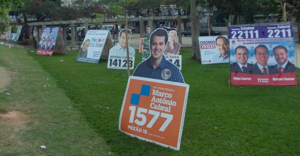 1º.out.2014 - Cavaletes de propaganda eleitoral de candidatos às eleição 2014, são vistos espalhados no Rio de Janeiro, RJ, na manhã desta quarta-feira (1)