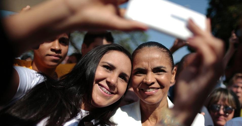 """22.set.2014 - A candidata do PSB à Presidência da República, Marina Silva, faz pausa para tirar um """"selfie"""" com apoiadora durante evento de campanha em Brasília"""