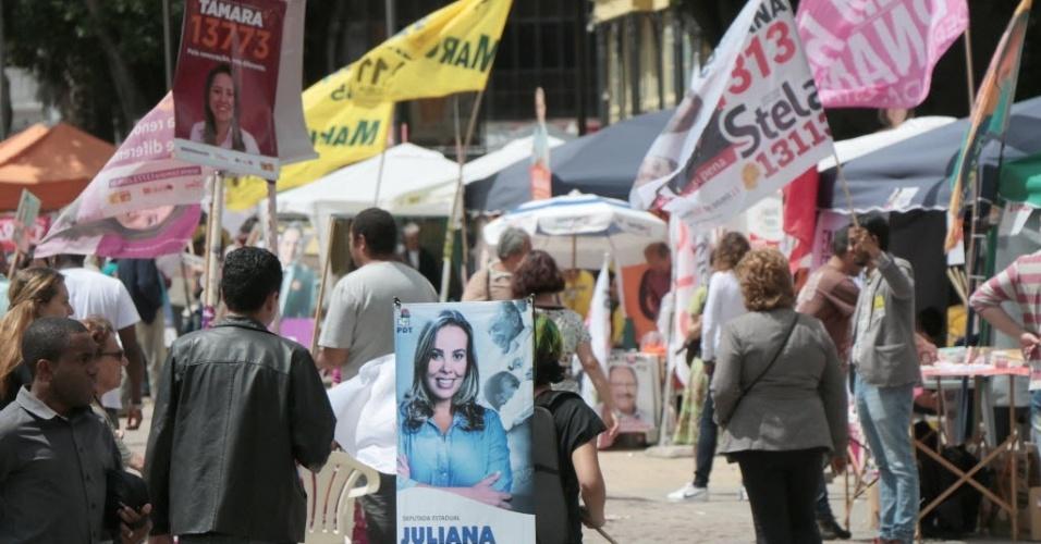 2.out.2014 - Cartazes, bandeiras e cavaletes de candidatos tomam conta do centro de Porto Alegre (RS), na tarde desta quinta-feira (2)