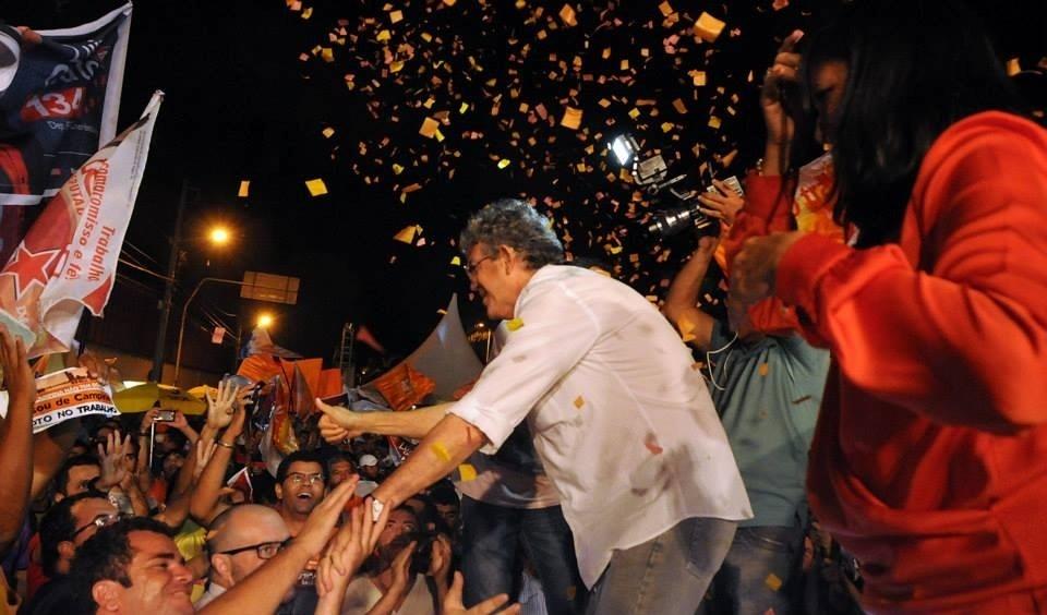2.out.2014 - O governador da Paraíba e candidato à reeleição pelo PSB, Ricardo Coutinho, faz comício em Campina Grande (PB). De acordo com última pesquisa Ibope, o candidato está empatado com o senador Cássio Cunha Lima (PSDB), cada um com 47% das intenções de votos válidos