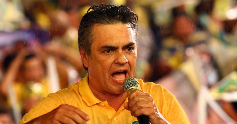 2.out.2014 - O senador Cássio Cunha Lima, candidato ao governo da Paraíba pelo PSDB, faz campanha em João Pessoa, capital do Estado. De acordo com última pesquisa Ibope, o candidato está empatado com o governador Ricardo Coutinho (PSB), que busca a reeleição, cada um com 47% das intenções de votos válidos