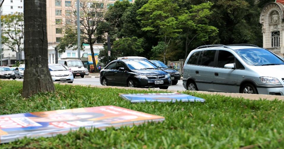 3.out.2014 - Cavaletes com propaganda eleitoral são derrubados por populares e vistos no chão da Aveinda Paulista, em São Paulo, SP, nesta sexta-feira, 03