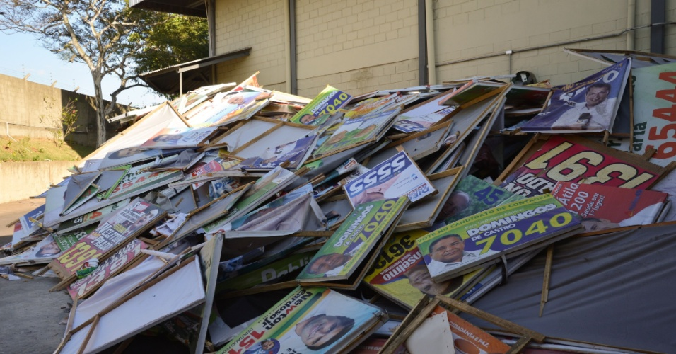 3.out.2014 - Justiça Eleitoral de Minas Gerais apreende nas ruas material de campanha utilizado fora do horário permitido