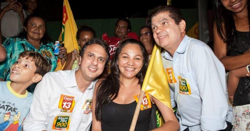 3.out.2014 - Mauro Filho (direita), candidato ao cargo de senador do Ceará pelo PROS, conversa com eleitores em Fortaleza. Na última pesquisa Datafolha, divulgada neste sábado (4), ele aparece em segundo lugar na disputa, com 26% dos votos válidos, atrás de Tasso Jereissati (PSDB), que tem 72%