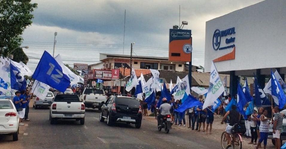 3.out.2014 - Militantes fazem campanha pela eleição de Waldez Góes, candidato do PDT ao governo do Amapá, na rua Leopoldo Machado, em Macapá, nesta sexta-feira (3)