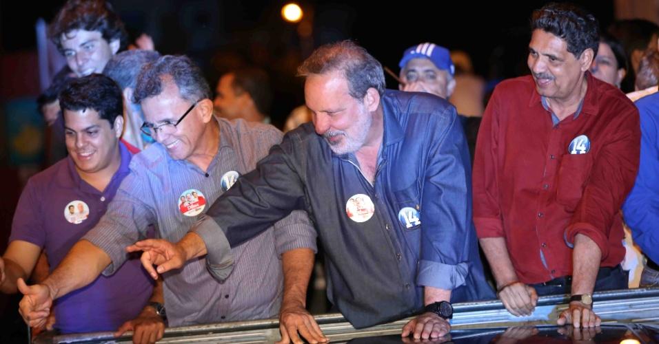 3.out.2014 - O candidato ao governo de Pernambuco Eduardo Monteiro (PTB) faz carretada em Caruaru, no interior do Estado, nesta sexta-feira (3)