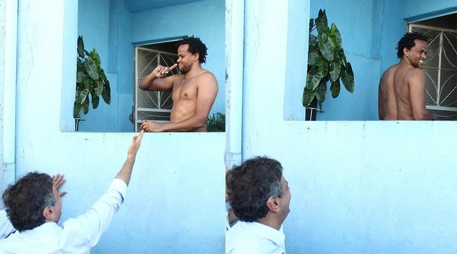 3.out.2014 - O músico Fábio Martins, morador de um conjunto de favelas da zona sul de Belo Horizonte, Minas Gerais, deixou o presidenciável Aécio Neves (PSDB) de mão abanando em ato de campanha do senador mineiro na comunidade nesta sexta-feira (3). Aécio se aproximou da casa de Martins e estendeu a mão para cumprimentá-lo, mas o músico deixou o candidato no vácuo