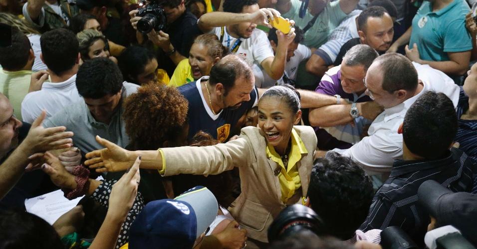 4.out.2014 - A candidata do PSB à Presidência da República, Marina Silva, é recebida por familiares e eleitores no aeroporto do Acre, neste sábado (4), local em que ela votará no domingo (5). Em entrevista à imprensa, Marina disse estar confiante de que vai ao segundo turno e que fez uma campanha