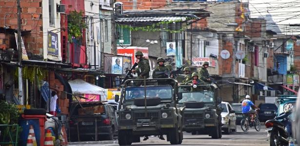 4.out.2014 - Às vésperas da eleição, tropas do Exército fazem patrulhamento em área da zona norte carioca