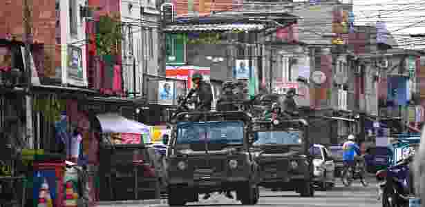 4.out.2014 - Às vésperas da eleição, tropas do Exército fazem patrulhamento em área da zona norte carioca - Christophe Simon/AFP