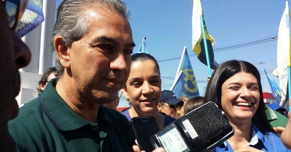 4.out.2014 - Candidado a governador de MS e deputado federal, Reinaldo Azambuja (PSDB-MS) faz caminhada no comércio de Campo Grande neste sábado (4)