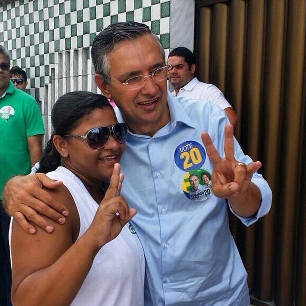 4.out.2014 - Candidato do PSC ao governo de Sergipe, Eduardo Amorim posa para foto com eleitora no bairro do Bugio, em Aracaju, durante campanha corpo a corpo neste sábado (4). De acordo com o levantamento do Ibope divulgado neste sábado (4), o senador tem 42% dos votos válidos, contra 55% do governador Jackson Barreto (PMDB), que tenta a reeleição