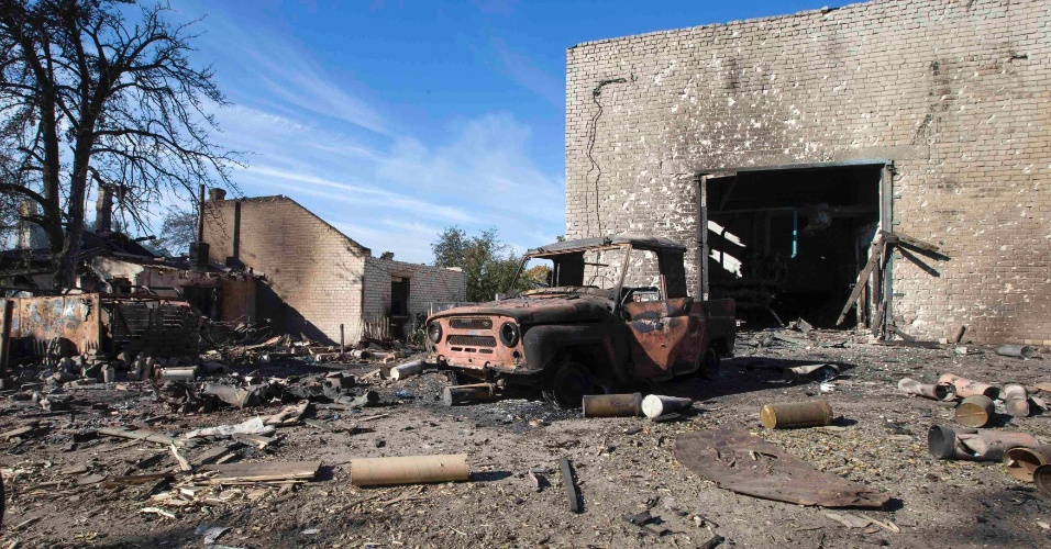 4.out.2014 - Casa e carro ficam destruídos após combates entre rebeldes pró-russo e as forças do governo em Donetsk, na Ucrânia, neste sábado (4)